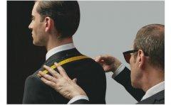 一套精致伟德BETVICTOR定做套装可以让男士在不同场合穿着